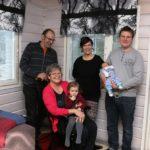Kahden sukupolven potretti: vasemmalla Timo ja Annukka Järvinen sylissään lapsenlapsi Nuppu, oikealla Tiina ja Mikko Kohonen sylissään kuukauden ikäinen poika.