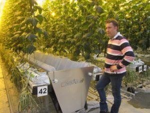 Tero Juntti toteaa, että pisaraverhon vesivirtaus on talvella ohuempi kuin kesällä.
