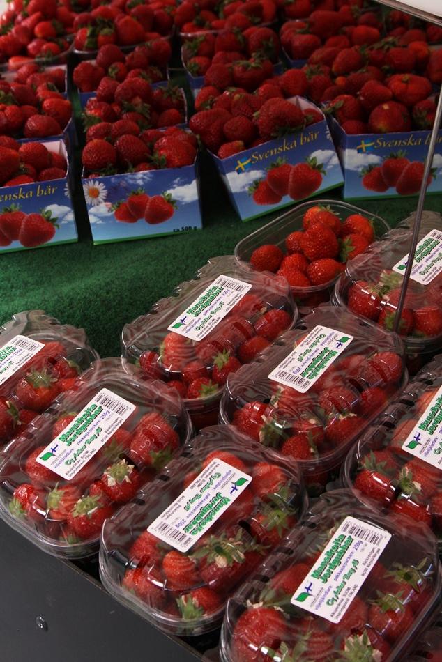 Kotimainen mansikka tulee vielä kasvihuoneesta tai tunneleista, mutta juhannuksen jälkeen satoa aletaan saada jo avomaalta.
