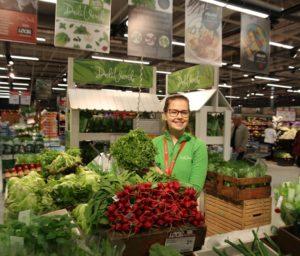 Hanna Koponen esittelee Lindrothin puutarhan tuotteita.  Hanna opiskelee kauppakorkeassa ja talviaikaan hän työskentelee myyntihommissa vain viikonloppuisin.