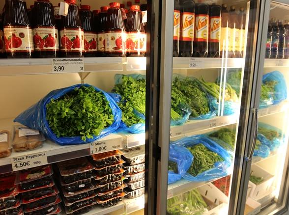 Yrttejä lennätetään Välimereltä Ararat Bazaariin ja niitä myydään ravintoloille myös kiloittain.