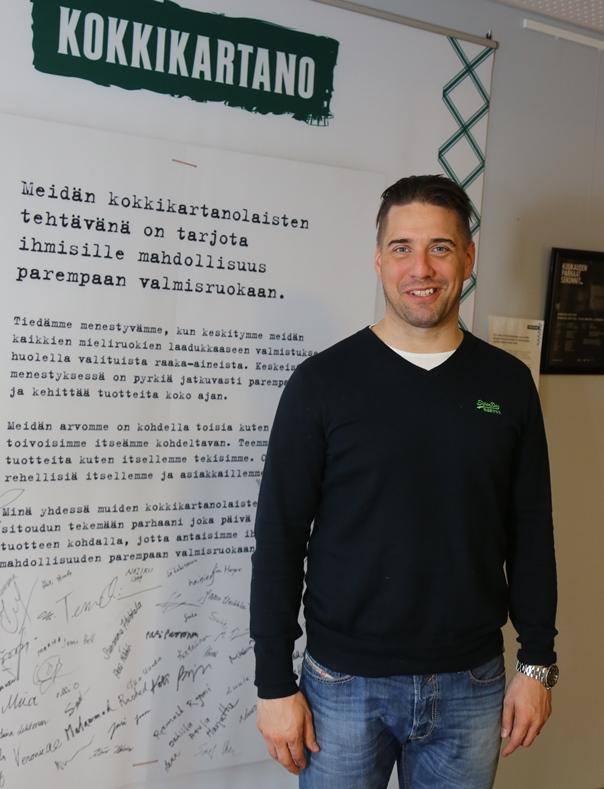 Myynti- ja markkinointijohtaja Jussi Rakemaa on ylpeä Kokkikartanon palvelulupauksesta, jonka hän kuten muutkin työntekijät ovat allekirjoittaneet toimistotiloissa olevaan tauluun.