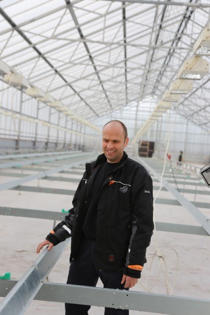 Kasvihuoneeseen asennetaan parhaillaan vesiviljelykouruja ja valaisimia. Rami Salminen toteaa, että salaatintuotanto aloitetaan vuodenvaihteessa.
