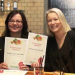 K-citymarket Tammiston hevi-tiimin vetäjä Heidi Kiiskinen (oik.) ja  erityisesesti  luomuvihanneksista ja -hedelmistä vastaava Anne Osenius.