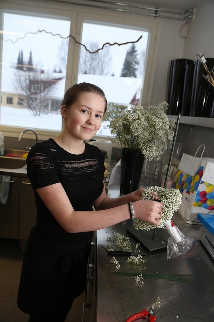 Jaana Veronen on toisen luokan puutarhuriopiskelija. - En viihtynyt lukiossa ja valitsin puutarhurin koulutuksen, kun olen kiinnostunut kukista, sanoo Jaana.