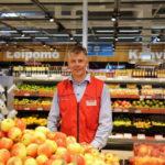 Kauppias Risto Kontturi toteaa uuden kotimaisen Nanna-omenan myyvän hyvin.