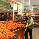 Lea Sikk rakensi tomaatin massaesittelyä Keravan Prismassa. Uusi halpuutettu hinta oli 2,49 €, kun aiempi hinta oli 3,15 €.